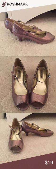 Steve Madden kids Peep toe pump, size 5 Steve Madden kids Peep toe pump, size 5  Metallic rose gold. Pre loved and good condition except soles show signs of wear and heel has a knick ( see pics) Steve Madden Shoes Dress Shoes