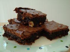 En rigtig tæt og tyk chokolade brownie. Jeg er ikke normalt til brownies. Men denne her er bare rigtig rigtig god! Jeg fandt opskriften i kogebogen Meyers Bageri, og de hedder bare Meyers brownie. …