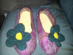 Pantuflas en fieltro amasado con flores agujadas