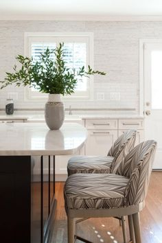 Looking for kitchen design inspiration? HGTV showcases an eat-in kitchen with creamy Calacatta marble countertops. Shaker Style Cabinets, White Shaker Cabinets, Bright Kitchens, Elegant Kitchens, Coastal Kitchens, Interior Wallpaper, Kitchen Wallpaper, Grey Grasscloth Wallpaper, Neutral Kitchen