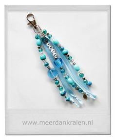 Tashanger/Sleutelhanger, met naam, satijnlint en diverse soorten kralen in een kleurthema met glas hartje.