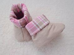 Sapatinho de bebê em tecido - botinha em tecido - Riquezinha Ateliê - https://www.facebook.com/Riquezinhaatelie/