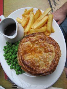 brings back memories - meat pie My Favorite Food, Favorite Recipes, British Pub, British Isles, Pub Food, English Food, Irish Recipes, Grubs, Delish