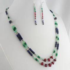 Exquisites Rubin Smaragd Saphir Schmuckset Facettierte Edelstein-Perlen ca. 3,5 x 2,5 mm – 8 x 5,5 mm 126 Karat Ohrhänger ca. 65 mm Collier ca. 50 cm Hakenverschluss Handgefertigt in Indien #JOY #Einzelstücke #Rubin #ruby #Smaragd #emerald #Saphir #sapphire #Schmuckset #Collier #Ohrhänger #handgefertigt #Einzelstück #onlyone #Necklace #Earrings #handmade #handmadejewelry #jewelry #jewelryset #onlineshopping #fashion #Geschenk #Geschenkidee #gift #Lifestyle #außergewöhnlich #sehenswert… Gemstone Jewelry, Beaded Jewelry, Beaded Necklace, Necklaces, Sapphire Jewelry, Emerald Jewelry, Jewelry Sets, Jewelry Accessories, Golden Color