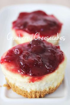 Mini Cranberry Cheesecakes as a last minute Thanksgiving dessert. Thanksgiving Desserts, Holiday Desserts, Holiday Baking, Holiday Recipes, Cranberry Cheesecake, Cheesecake Recipes, Cheesecake Bites, Köstliche Desserts, Dessert Recipes