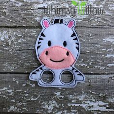 Cebra marioneta del dedo del diseño del bordado del ITH Diy Crafts For Gifts, Felt Crafts, Embroidery Files, Machine Embroidery Designs, Felt Finger Puppets, Ginger Girls, Diy Projects To Try, Craft Fairs, Diy For Kids