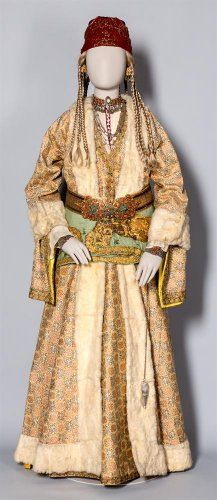 Νυφική φορεσιά. Σίλλη Ικονίου, 19ος αι. Δωρεά Λεούσας και Φεβρωνίας Βαγιανού εις μνήμη Βάσου Βαγιανού