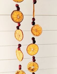 How to Make DIY Dried Orange and Cranberry Christmas Garland - Budget Friendly Dried Orange Cranberry DIY Christmas Garland. Natural eco-friendly DIY Christmas decor ideas on a b Diy Christmas Garland, Vintage Christmas Ornaments, Christmas Crafts, Natural Christmas Decorations, Orange Decorations, Orange Christmas Tree, Natural Christmas Tree, House Decorations, Deco Mesh Garland