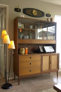 love this hutch too Mid Century Dining, Mid Century House, Mid Century Style, Mid Century Modern Decor, Mid Century Modern Furniture, Furniture Styles, Furniture Design, Retro Home, Living Room Decor