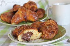 Ricetta semplice e veloce per preparare dei croissant ottimi, friabili all'esterno e morbidi all'interno!Golosi cornetti come al bar in pochissimo tempo!
