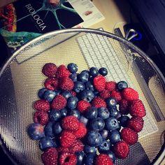 Jaglana tarta z owocami.