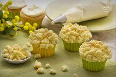I cupcake mimosa sono delle soffici tortine a forma di mimosa riempite di delicata crema diplomatica; un'idea per la festa della donna e non solo!