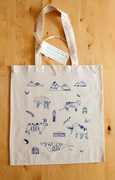 Tote bag design by Meera Patel, an illustrator from the East Coast of America. Her tote bag features five extinct animals auroch, mastodon, stellar's sea cow, tasmanian tiger wolf, and cave bear http://www.meeralee.com/