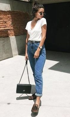 Mom jeans- T-shirt Casual Chic Outfits, Trendy Outfits, Summer Outfits, Cute Outfits, Fashion Outfits, Outfit Jeans, Look Jean, Look Office, Moda Chic