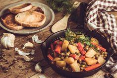 Tocanita de cartofi cu mazare si morcovi - Bucătăria Urecheatei Pot Roast, Ethnic Recipes, Food, Carne Asada, Roast Beef, Meal, Eten, Meals, Beef Stews