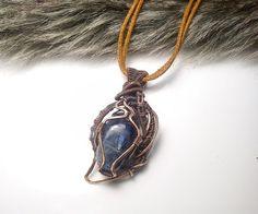 Aký kameň si vybrať, význam minerálov, kamene, drôtený medený šperk, prívesok s minerálom, tepaný drôtikovaný náhrdelník s kameňom, kyanit disthen.
