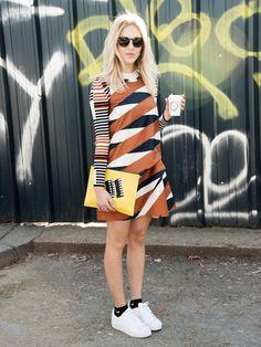 Bloggerin Shea Marie trägt ein Kleid und eine Clutch von Kenzo, Adidas-Sneakers und Socken von Nike.