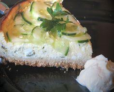 Cheesecake italo-grec    1h40  /  pour 8 pers / Pour la croûte : 125 g de biscuits apéritifs nature ou parfumés au fromage(crackers, tuc, etc) + 60 g de beurre / Pour la crème : 400 g de Ricotta + 200g de Mascarpone + 100g de Feta + 1 petite gousse d'ail + ciboulette (une dizaine de brins) + persil plat et/ou aneth frais (ou autres herbes au choix...à discrétion) + 3 œufs + poivre du moulin / Pour la garniture : 2 petits concombres libanais (ou 4 mini concombres)