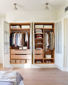 armario-abierto-en-dormitorio 00438184. De arriba a abajo