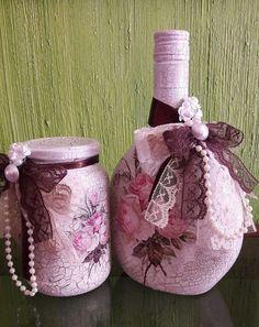 PRODUTO RECICLADO. Lindo conjunto de garrafa e pote decorativo. Craquelado e decoupagem. Acabamento com renda, flores e perolas. Peças únicas. Pronta entrega.