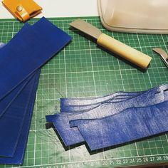 青いパーツ これも進めて行きますー() #leather #leathercraft #leathergoods  #leatherwork #leatherwallet #leathercase  #blue #wallet #handmade #handcraft  #ハンドメイド #長財布 #レザークラフト by sammys_leather_craft #tailrs
