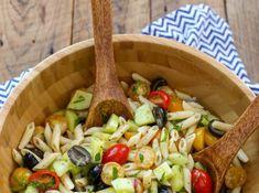 Ο πιο καλοκαιρινός τρόπος να καταναλώνεις τα μακαρόνια το καλοκαίρι είναι σε μία δροσερή σαλάτα. Μία ελαφριά σος, λίγο αγγουράκι και ίσως λίγο τόνο είναι ό,τι χρειάζεται για να γίνει ένα από τα πιο δροσερά γεύματα που μπορείς να φας είτε για μεσημεριανό, είτε για βραδινό. Είναι πολύ εύκολη στην εκτέλεση και μπορείς να τη διατηρήσεις στο ψυγείο και για την επόμενη μέρα. Plus: είναι ιδανικό φαγητό για να παίρνεις μαζί στο γραφείο.Υλικά: Pasta Salad, Cooking, Ethnic Recipes, Food, Crab Pasta Salad, Kitchen, Essen, Meals, Yemek
