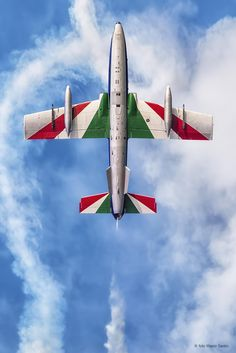 Aeronautica Militaire Aermacchi aircraft of the Gruppo Addestramento Acrobatico, better known as the Frecce Tricolori, in flight during an air show at Jesolo, September (Photo: Marco Santin) Indian Flag Photos, Indian Flag Wallpaper, Italian Air Force, Aircraft Painting, Free To Use Images, Vintage Airplanes, Air Show, Military Aircraft, Fighter Jets