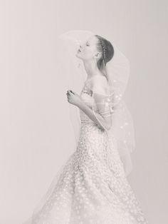 La première collection de robes de mariée d'Elie Saab Elie Saab Bridal http://www.vogue.fr/mariage/adresses/diaporama/la-premiere-collection-de-robes-de-mariee-delie-saab-elie-saab-bridal/30978#la-premiere-collection-de-robes-de-mariee-delie-saab-elie-saab-bridal-22