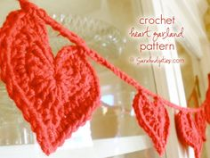 Things to Make: Crochet Heart Garland Pattern | Sarahndipities Crochet Garland, Crochet Bunting Free Pattern, Free Crochet Heart Patterns, Diy Garland, Crochet Hearts, Crochet Flowers, Heart Wreath, Heart Garland, Heart Banner