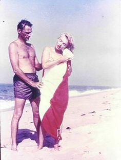 Arthur Miller and Marilyn Monroe, 1957. (Famous writers at the beach // Escritores famosos en la playa. http://www.eraseunavezqueseera.com/2014/07/25/escritores-vacaciones-en-el-mar/)