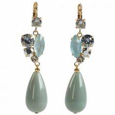 Die Statement-Ohrhänger mit Tropfen in Jade vom angesagten Label Rio Berlin sind die perfekte Ergänzung zu deinem eleganten Look.