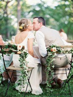 simple-et-pas-cher-decoration-pour-les-chiases-de-mariage-avec-fleurs-choisir-la-housse-de-chaise-pour-mariage.jpg (700×930)
