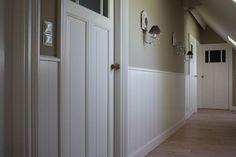 kleurkeuzes voor lambrisering woonkamer Tall Cabinet Storage, Locker Storage, Hallway Designs, Entry Hallway, Mudroom, Sweet Home, Shabby Chic, New Homes, House Design