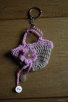 Breloczek do kluczy, wykonany na szydełku. 100% bawełniany kordonek, koszyczek zakończony skórzanym rzemykiem.