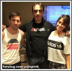 Leo e Antonela com Roberto Lopez, o tatuador oficial da família Messi. Hoje tem champions league, o Barça enfrenta o PSG valendo uma vaga pras semi finais, o jogo será transmitido pela ESPN, Band e pela Globo, só não assiste quem não quer rs. Bjs | yolepink
