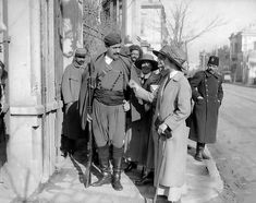 Αγγλίδες νοσηλεύτριες συζητούν με ένα Κρητικό σωματοφύλακα του Βενιζέλου το 1917