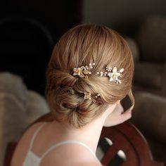 Amber Bridal Haarnadeln kommen als ein 3er-Set. Sie sind hinreißend Schöpfung, die leicht im Design von einem zum anderen in Form und Größe variieren.  Amber Braut Haarnadel wurden handgefertigt mit herrlichem Komponenten, die Ihre Augen auf die feineren Details lenken! Sie sind ein elegantes Design, das Übereinstimmung mit einem modern oder Vintage Stil und wird in jedem Haar-Kreation schön sitzen.  Diese Amber Bridal Haarnadeln sind ideal für einen einfache zarten Look für eine Braut oder…