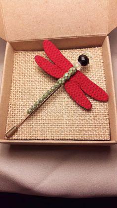 Mira este artículo en mi tienda de Etsy: https://www.etsy.com/es/listing/259335485/handmade-dragonfly-brooch-red-fabric