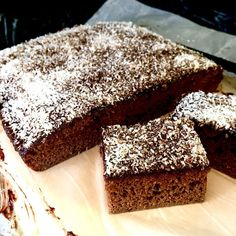Rychlý test nápadu - kakaový perník z kokosové mouky s čokoládovou polevou a kokosem. Je to upravený recept na malinové prsty z Ditch the Carbs. Kdo chcete, ať pak perník hodím na blog? 🙋♀️ Pokud byste na jeho chod rádi přispěli, link najdete v biu. / Cacao coconut flour gingerbread sheet cake with chocolate glaze and coconut - addapted from Ditch the Carbs Coconut flour raspberry fingers 😁. This was the proof of concept - changes in infredients, simplified instructions. No Bake Desserts, Food, Essen, Meals, Yemek, Eten