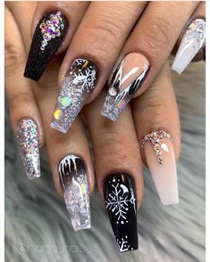 Here are Christmas Nail Art ideas that will surely give you a Christmas season cheerful this year. These nail designs are all featured Christmas symbols, like snowflakes, Christmas tree, Santa hats, reindeer, and the traditional color of white, green, red.Christmas Nail Art,Nail Art,Nail Designs Holiday Nail Art, Christmas Nail Art, Red Christmas, Pointed Nails, Stiletto Nails, Matte Nails Glitter, Black Nails, Acrylic Nails, Spring Nails