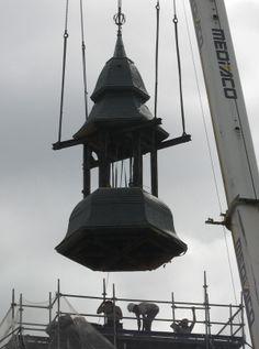 Châtillon-sur-Seine - Une grue a été positionnée devant l'entrée de Notre-Dame et les charpentiers de l'entreprise Pateu-Robert ont déposé l'ensemble du clocher, les #cloches et le mouvement d'#horlogerie. Ces derniers éléments ont été enlevés par l'entreprise #Bodet du Maine-et-Loire pour remise en état du mouvement et rénovation des cloches.  http://www.bienpublic.com/edition-haute-cote-d-or/2014/09/04/l-eglise-notre-dame-a-retrouve-son-clocheton