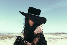 Top Gothic Fashion Tips To Keep You In Style. As trends change, and you age, be willing to alter your style so that you can always look your best. Consistently using good gothic fashion sense can help Estilo Cowgirl, After Dark, Gothic Fashion, Boho Fashion, Belle Photo, Fashion Earrings, Fashion Jewelry, Retro, Boho Chic