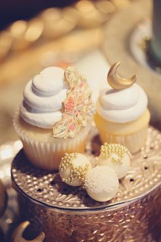 cupcakes with gold details // photo by MarilynNakazato.com // dessert by HeyThere-Cupcake.com