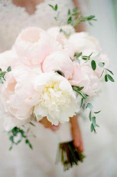 Bouquet com peónias gigantes no mais bonito rosa blush: perfeito, não?  Via Mod Wedding.