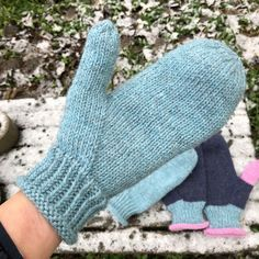 If you want the pattern in english, look below the pictures. Diy Crochet And Knitting, Knitting Wool, Knitting Socks, Knitting Patterns Free, Baby Knitting, Knitted Mittens Pattern, Crochet Mittens, Knitted Gloves, Wrist Warmers