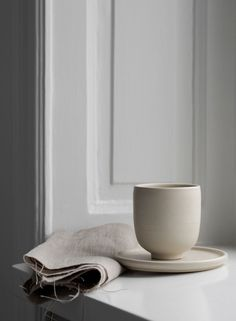Minimalist Ceramics Handcrafted in Dalarna, Sweden Bowl Sand Cup Sand Plate Sand Design: Melo Studio Potter: Ida Svardstrom Photographer: Sara Medina Lind Home Design, Nordic Design, Modern Interior Design, Interior Styling, Interior Decorating, Studio Design, Ceramic Tableware, Ceramic Clay, Ceramic Pottery