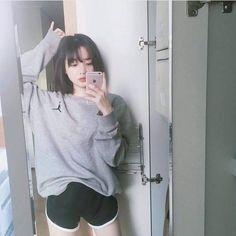 Wstając rano, w bluzie chłopaka pierwsze co zrobiła było podejście do lustra. Uznała, że zrobi snapa w swoim własnym, akademickim lustrze. Następnie zabrała się za szykowanie do szkoły, czując, że ten dzień będzie dobry.