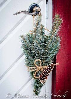 Easy to Make Outdoor Christmas Decorations on a Budget Natural Christmas, Noel Christmas, Country Christmas, Winter Christmas, Christmas Wreaths, Simple Christmas, Christmas Vases, Advent Wreaths, Christmas Flowers
