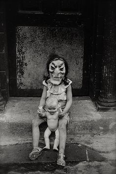 Masked child with a doll, NYC 1961 By Diane Arbus vintage photography creepy Diane Arbus, Halloween Photos, Vintage Halloween, Vintage Photographs, Vintage Photos, Antique Photos, Fotografia Social, Creepy Vintage, Creepy Photos