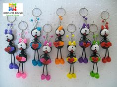 Artes em Biscuit: CHAVEIRO FORMIGA CORAÇÃO Cute Polymer Clay, Cute Clay, Polymer Clay Charms, Foam Crafts, Diy And Crafts, Cold Porcelain Tutorial, Clay Keychain, Clay Baby, Paper Clay